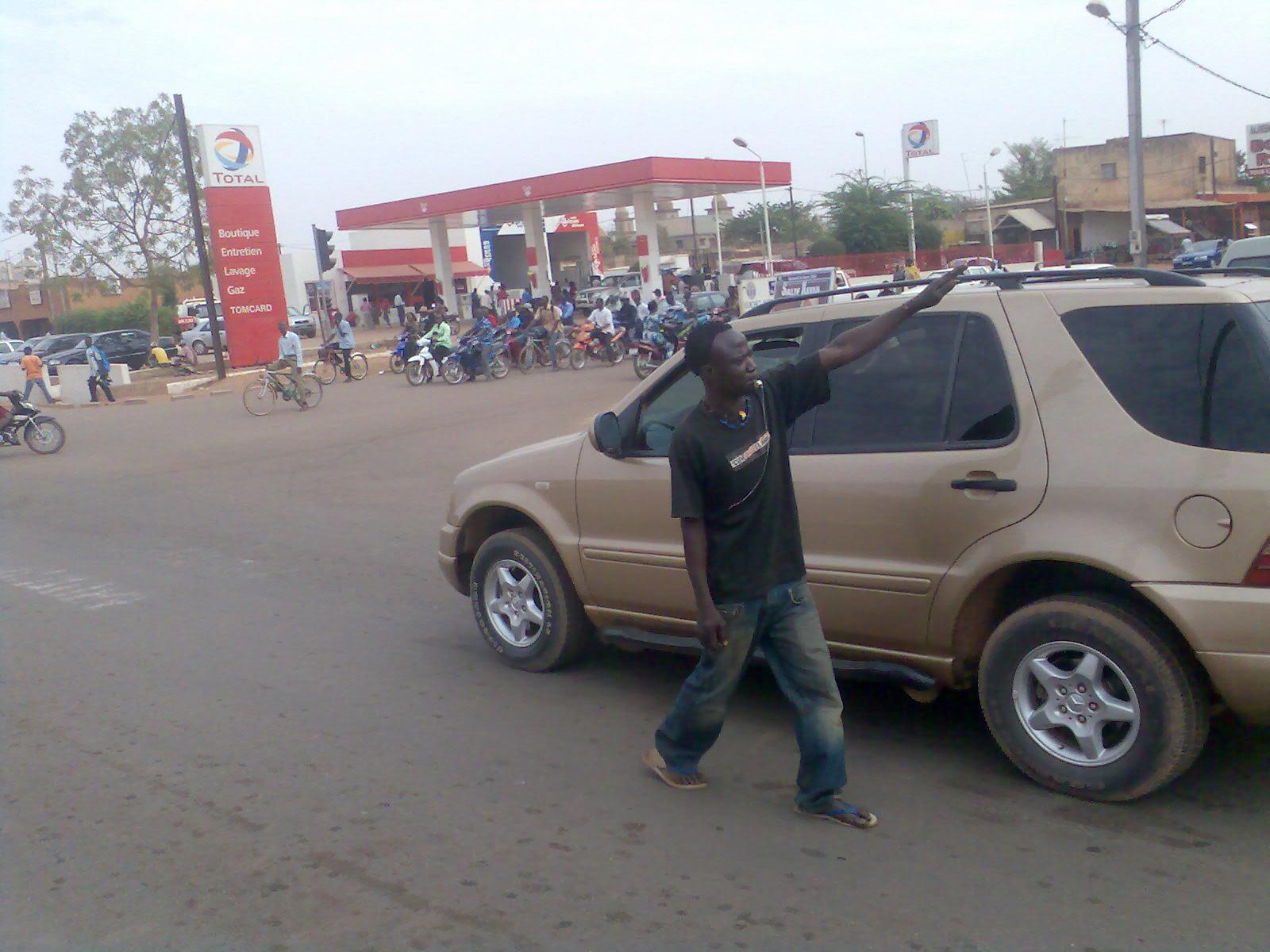 Les jeunes qui dirigent la circulation à Ouaga